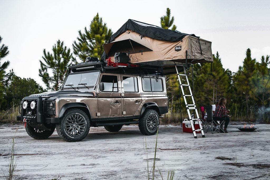 Este Land Rover Defender de 1991 camperizado tiene un motor Chevrolet V8 LS3 y ¡tienda de campaña en el techo!