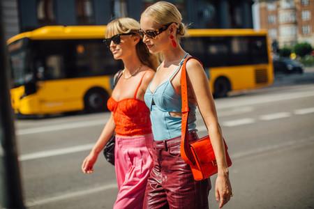 Un bolso naranja es el accesorio que promete dar un toque color a tu look otoñal