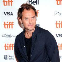 Jude Law nos deja atónitos con su peor look hasta ahora en el Festival de Cine de Toronto