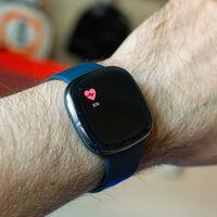 La función ECG llega a los Fitbit Sense en España: el smartwatch ya es capaz de hacer electrocardiogramas