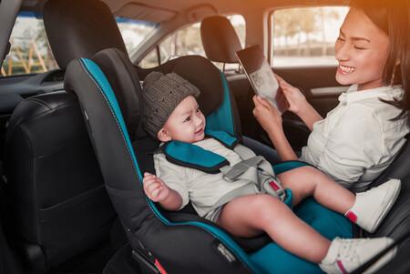 ¿Dónde coloca el niño las piernas cuando viaja a contramarcha?