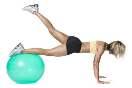 Los ejercicios más desafiantes para trabajar el tren inferior con fitball