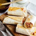 Burritos de huevo con salchicha. Receta fácil para el desayuno