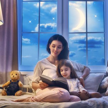 Cuento, relajación, conexión y amor: las claves de una experta para facilitar a los padres el momento de acostar a sus hijos