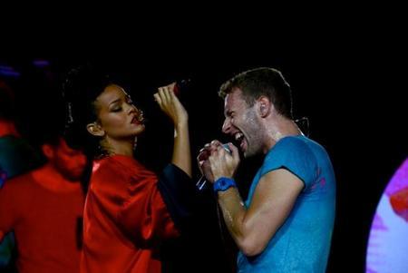 Rihanna se pasa por Paris y no echa el viaje en balde, ¡toma concierto con Coldplay!