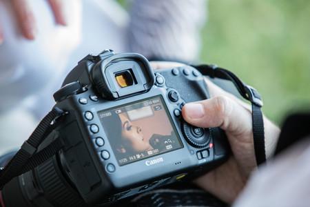 Canon EOS 5D Mark IV, Sony A7, Nikon D5300 y más cámaras, objetivos y accesorios en oferta: Llega Cazando Gangas