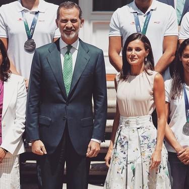 Letizia se marca lookazo con una falda lady: te ayudamos a conseguir el outfit ideal con estas siete compras clave para este verano 2019