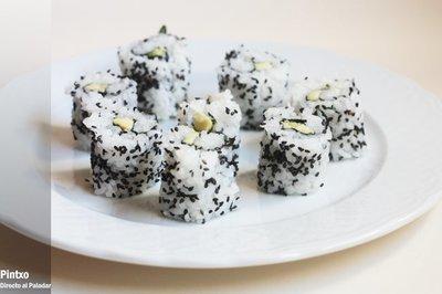 Receta de uramaki con aguacate y semillas de sésamo negro