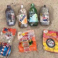 Encuentran bolsas y botellas de plástico de los ochenta y noventa en playa de Mazatlán