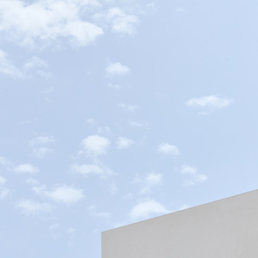 Como una blanca fortaleza, así es éste complejo residencial en Torrevieja que se adapta a la orografía y que se abre a las bonitas vistas de su entorno