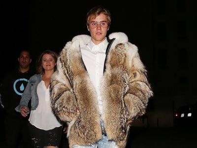 A Justin Bieber le llueven las críticas por llevar un abrigo de piel