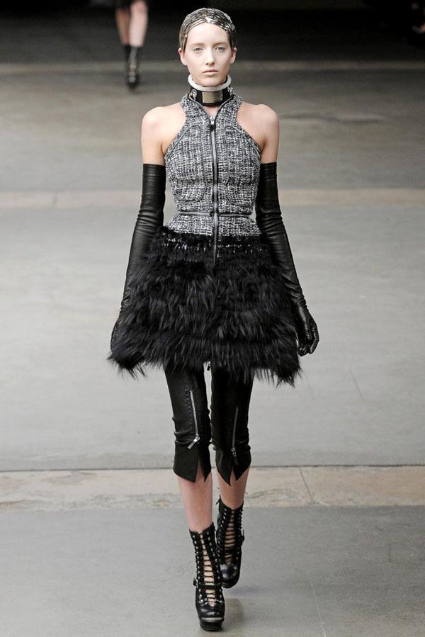 Foto de Alexander McQueen Otoño-Invierno 2011/2012 en la Semana de la Moda de París: Sarah Burton continúa con nota el legado (23/27)