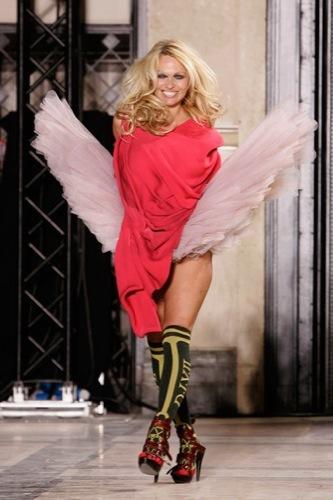 Pamela Anderson y Vivienne Westwood, el mal gusto sobre la pasarela, 2009