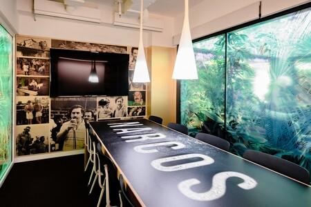 Sala de reuniones inspirada en Narcos