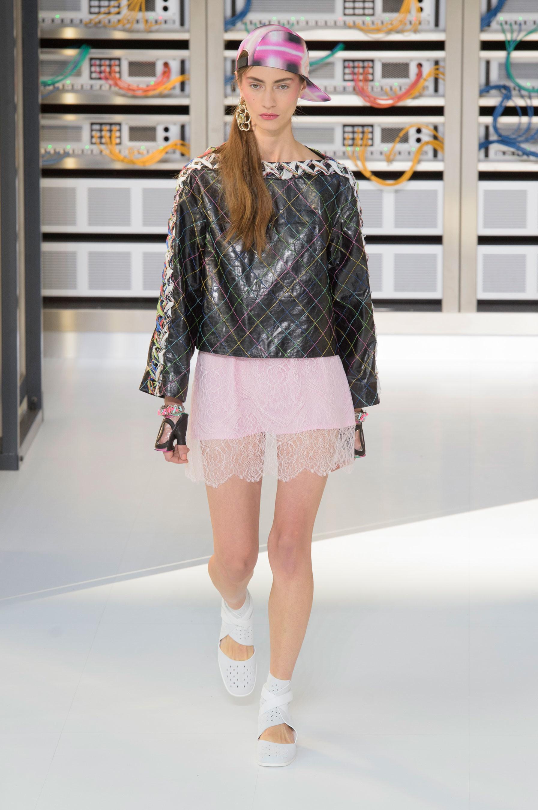 Foto de El regreso al futuro de Chanel en su colección Primavera-Verano 2017 (32/96)