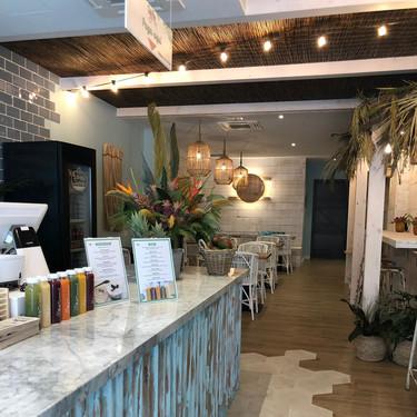 Tasty Poke Bar apuesta en su local de A Coruña por el estilo tropical con efecto salvaje