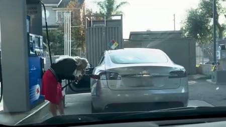 Video: ¿Cuánto tiempo toma darse cuenta que no se puede cargar gasolina en un Tesla Model S?