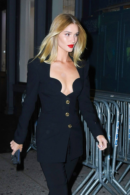 Rosie Huntington-Whiteley luce una de las chaquetas de color negro más sexy, pero aluncinante y estilosa a la vez en Nueva York