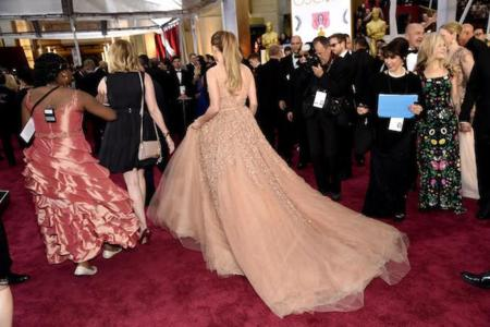 Duelo de estilos en plena alfombra roja de los Oscar 2015: un vestido casi idéntico