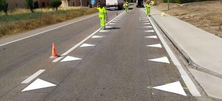 """Las nuevas señales de tráfico que ya se están poniendo a prueba en España: """"dientes de dragón"""" y """"líneas de borde quebradas"""""""