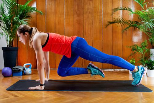 Siete variaciones de escaladores para entrenar tus abdominales en casa