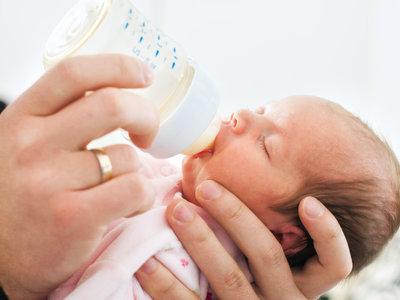 """El biberón """"de ayuda"""" en las maternidades aumenta el riesgo de alergia a la proteína de la leche de vaca"""