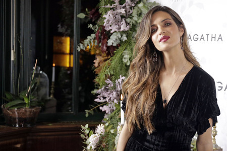 Sara Carbonero sucumbe al terciopelo y su total look en este tejido no ha dejado indiferente a nadie