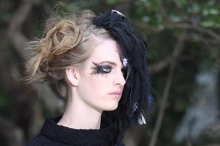 ¿Son pestañas o plumas? Son las propuestas de Chanel Alta Costura en su colección Primavera-Verano 2013