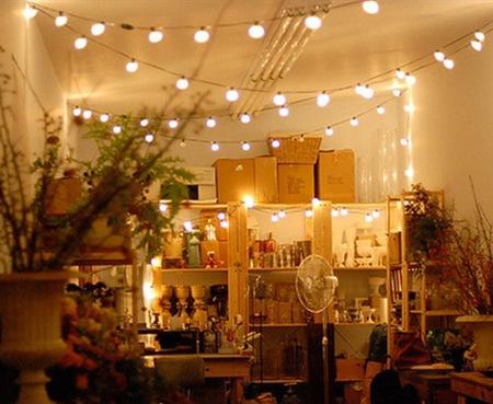 Una buena idea decorar con guirnaldas y cortinas de luces - Decoracion de guirnaldas ...