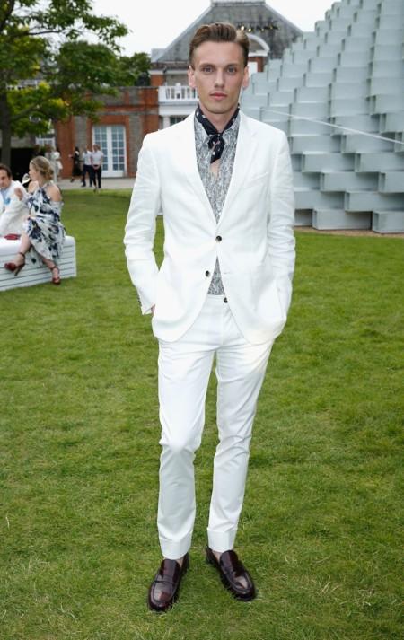 El traje blanco será tu mejor aliado para los eventos del verano