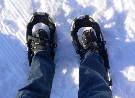 En invierno, usa raquetas de nieve para estar en forma