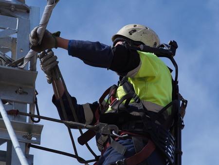 Un trabajador de Telice utiliza un exoesqueleto durante su actividad.