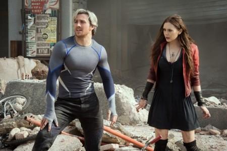 Aaron Taylor-Johnson y Elizabeth Olsen en Vengadores 2