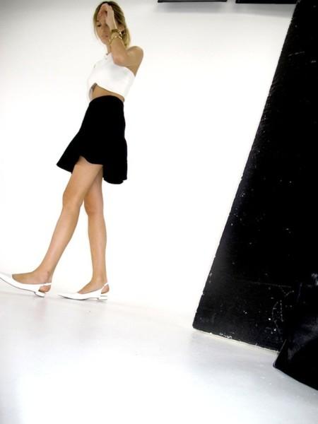 Duelo de crop tops: ¿falda lisa o floreada?