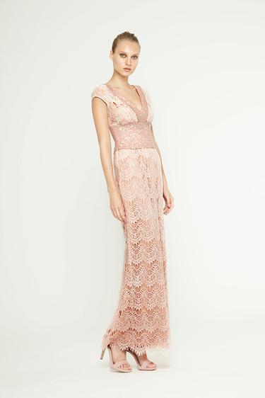 Encájate con un tejido clásico: 13 vestidos de encaje para bodas de tarde