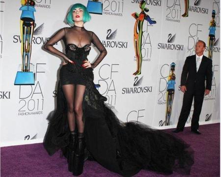 Ahora si que la hemos liado parda, Lady Gaga al depelote celebrando su último galardón.