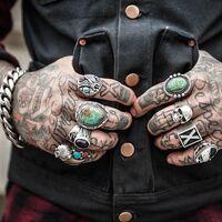 Las personas que llevan tatuajes son psicológicamente distintas a las personas que no los llevan