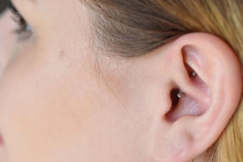 Lo que necesitas saber sobre el 'daith piercing', el pendiente que supuestamente alivia la migraña