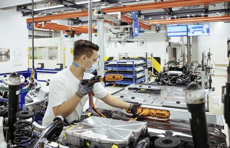 El Gobierno llama a los fabricantes de coches a formar parte de la fábrica de baterías española para no depender de China