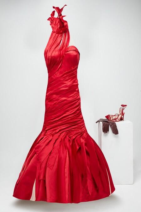 Jenny Beavan Para Cruella Vestido Drapeado Y Satinado Rojo Con Cuello Halter Y Espalda Descubierta Mas Accesorios