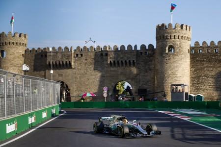 Lewis Hamilton suma una nueva pole position en el GP de Azerbaiyán. Alonso, sancionado  por cambio de motor
