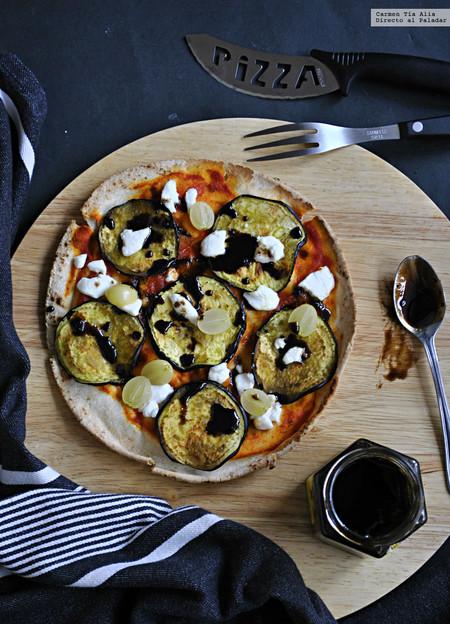 falsa pizza de berenjena, queso de cabra, uvas y miel de ajo negro