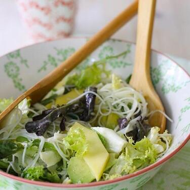 Ensalada de fideos de arroz con mango y aguacate, receta fácil y lista en 15 minutos