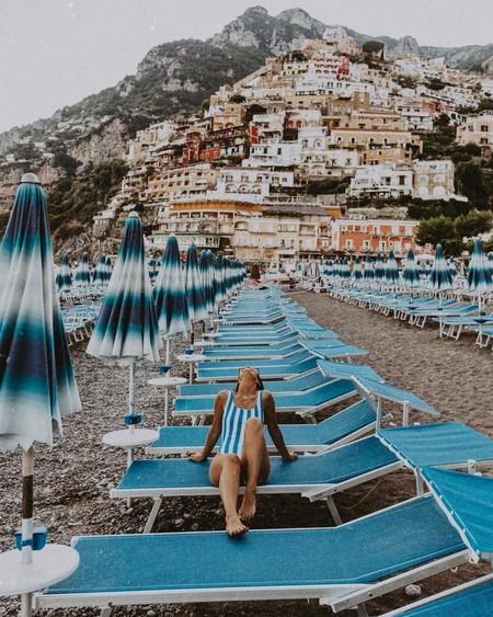 Los bañadores de rayas marineras son un clásico del verano y estos siete modelos nunca pasarán de moda