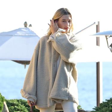 Nueve chaquetas de borrego para imitar el último estilismo de Hailey Bieber