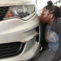 En este momento hay 16 personas besando, voluntariamente, un coche en directo desde Facebook