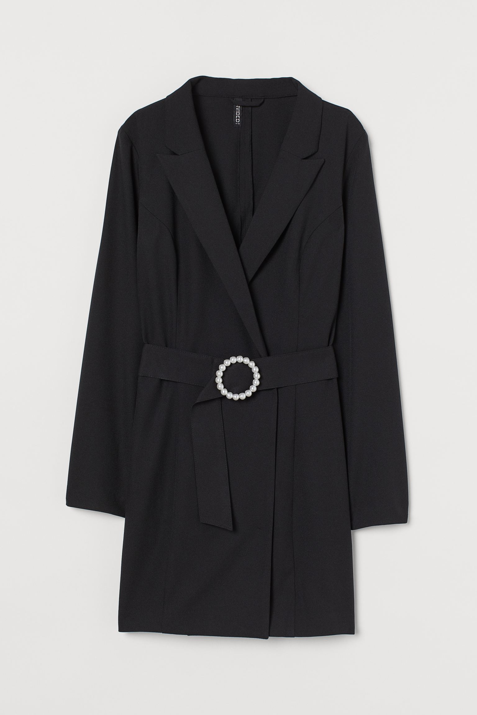 Vestido-blazer corto en crepé. Modelo entallado con solapas de pico, frente cruzado con cierre oculto y cinturón extraíble.