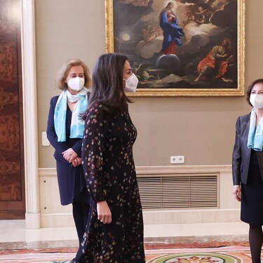 La reina Letizia recupera uno de sus vestidos más estilosos de Massimo Dutti, ideal para la época de entretiempo