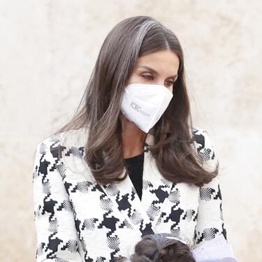 Doña Letizia luce la chaqueta de tweed más versátil de la temporada