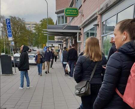 Todo el alcohol de Suecia lo vende el estado. Como muestran las colas, mala idea en tiempos de pandemia